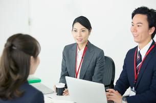 20代30代男女のオフィスワーク風景の写真素材 [FYI01738277]