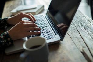 パソコンを使う女性の手元の写真素材 [FYI01738292]