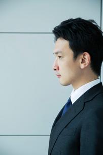 スーツ姿の20代男性の横顔の写真素材 [FYI01738307]