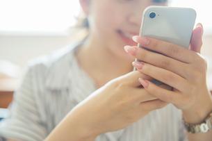 スマホを持つ女性の手元の写真素材 [FYI01738404]
