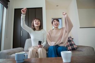 スポーツ観戦で盛り上がる20代女性2人の写真素材 [FYI01738410]