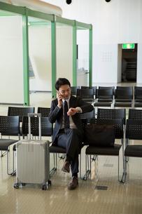 電話をするスーツ姿の20代男性の写真素材 [FYI01738447]