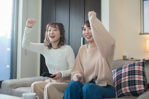 スポーツ観戦で盛り上がる20代女性2人の写真素材 [FYI01738548]