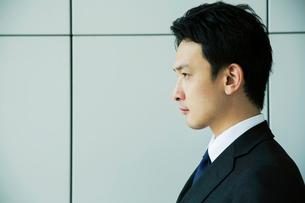 スーツ姿の20代男性の横顔の写真素材 [FYI01738549]