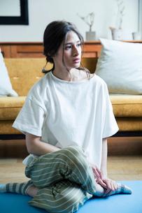 部屋でヨガのポーズをする20代女性の写真素材 [FYI01738683]