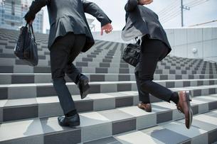 階段を昇るスーツ姿の20代男性2人の写真素材 [FYI01738703]