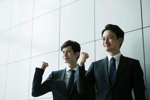 ガッツポーズをするスーツ姿の20代男性2人ガッツポーズをするスーツ姿の20代男性2人の写真素材 [FYI01738712]