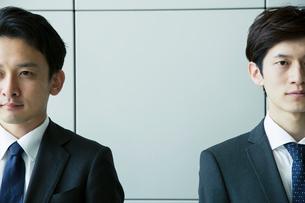 スーツ姿の20代男性2人のポートレートの写真素材 [FYI01738735]