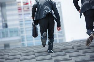 階段を昇るスーツ姿の20代男性2人の写真素材 [FYI01738792]