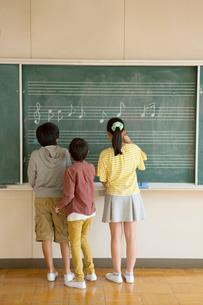 音楽室の壁に音符を描く小学生たちの写真素材 [FYI01738804]