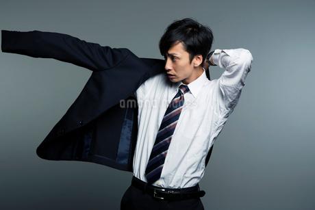スーツを着る横顔の男性のポートレートの写真素材 [FYI01739055]