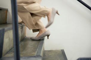 階段を駆け上がる女性の足元の写真素材 [FYI01739120]