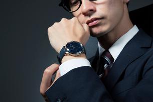 腕時計を着ける男性の手元の写真素材 [FYI01739440]
