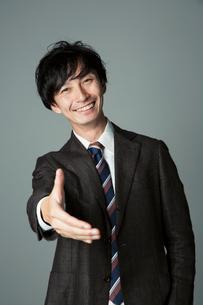 手を差し出す笑顔の男性の写真素材 [FYI01739533]