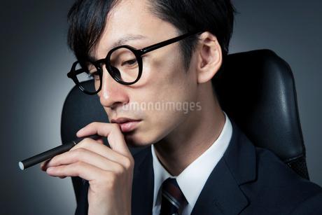 電子たばこを持つスーツ姿の男性の写真素材 [FYI01739550]