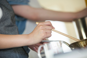 料理を作る女性2人の手元の写真素材 [FYI01739613]