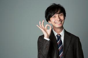 オッケーポーズをする笑顔の男性の写真素材 [FYI01739615]