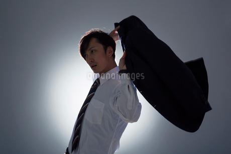 スーツの袖に腕を通す男性の写真素材 [FYI01739643]