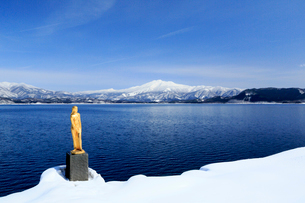 秋田県 冬の田沢湖の写真素材 [FYI01739676]