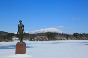 岩手県 冬の御所湖のシオン像と岩手山の写真素材 [FYI01739781]