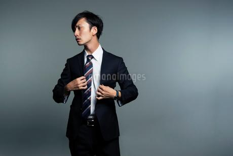 スーツを着る横顔の男性のポートレートの写真素材 [FYI01739836]