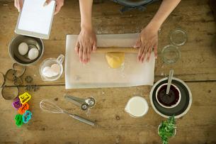 クッキーの型抜きをする20代女性2人の写真素材 [FYI01739838]