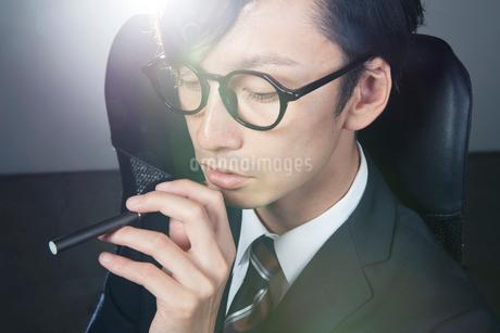 電子たばこを持つスーツ姿の男性の写真素材 [FYI01739900]