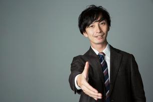 手を差し出す笑顔の男性の写真素材 [FYI01740028]