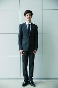 スーツ姿の20代男性のポートレートの写真素材 [FYI01740083]