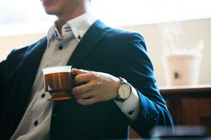 ドリンクカップを持つ男性の手元の写真素材 [FYI01740102]