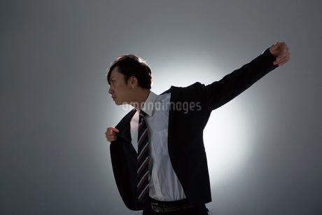 スーツの袖に腕を通す男性の写真素材 [FYI01740109]