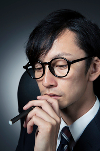 電子たばこを持つスーツ姿の男性の写真素材 [FYI01740223]
