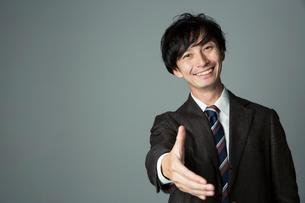 手を差し出す笑顔の男性の写真素材 [FYI01740256]