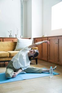 部屋でストレッチをする20代女性の写真素材 [FYI01740378]