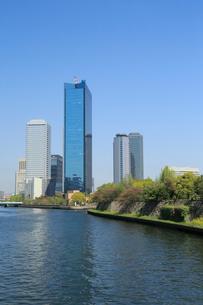 初夏の大阪城公園とビジネスパークの写真素材 [FYI01740472]