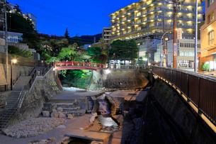 神戸 有馬温泉の街並み夜景の写真素材 [FYI01740583]