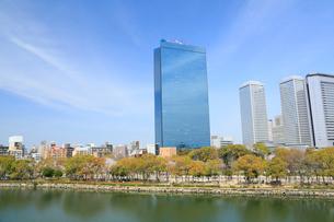 大阪城公園から望むビジネスパークの写真素材 [FYI01741142]