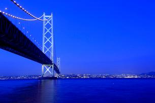 兵庫県 淡路島 明石海峡大橋の夜景の写真素材 [FYI01741176]