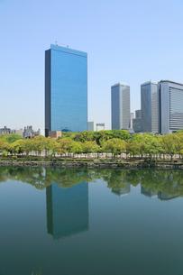 大阪城公園の新緑とビジネスパークの写真素材 [FYI01741259]