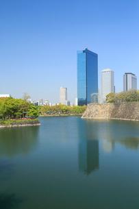 初夏の大阪城公園とビジネスパークの写真素材 [FYI01741309]