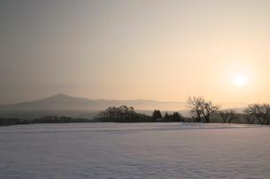 岩手県 冬の姫神山と朝焼けの写真素材 [FYI01741435]