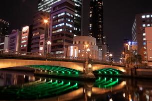 大阪 中の島 難波橋の夜景の写真素材 [FYI01741535]