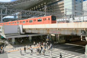 JR大阪駅と横断歩道を渡る人々の写真素材 [FYI01741539]