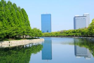 大阪城公園の新緑とビジネスパークの写真素材 [FYI01741647]