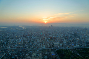 大阪 あべのハルカスから望む夕暮れの大阪の街並みの写真素材 [FYI01741742]