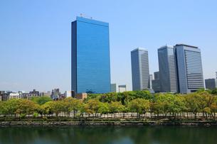 大阪城公園の新緑とビジネスパークの写真素材 [FYI01741764]