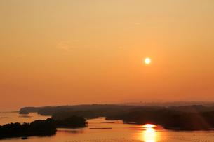 志摩 ともやま公園から望む英虞湾の夕日の写真素材 [FYI01741771]