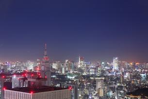 東京都庁展望室から望む東京タワーの夜景の写真素材 [FYI01741859]