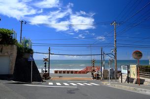 江ノ電の踏切と夏の湘南の写真素材 [FYI01741873]