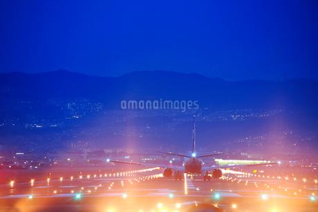 伊丹空港の夜景,離陸する飛行機,ANAの写真素材 [FYI01742017]
